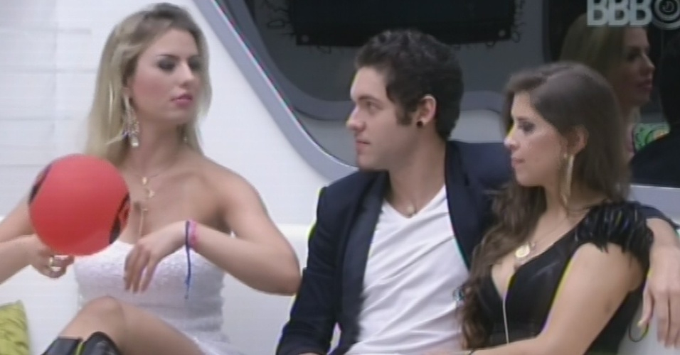 26.mar.2013 - Fernanda, Nasser e Andressa aguardam início da final do