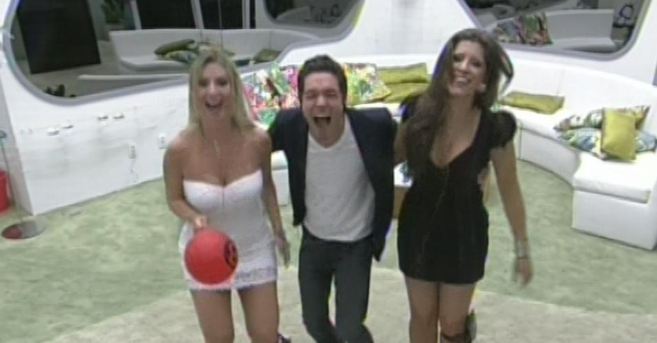 26.mar.2013 - Fernanda, Nasser e Andressa pulam ao conversarem com Bial na final do
