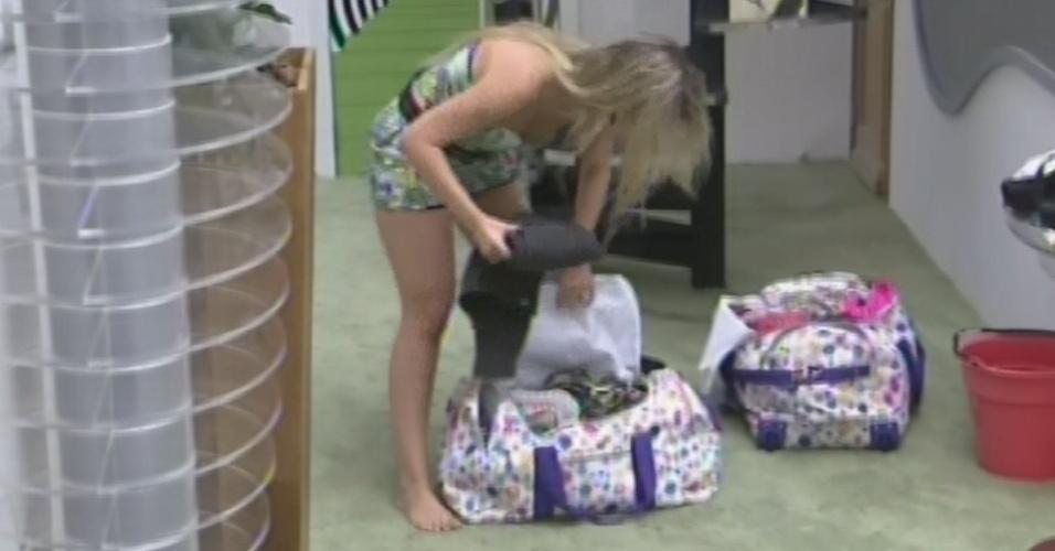 26.mar.2013 - Fernanda termina de arrumar as malas antes da final