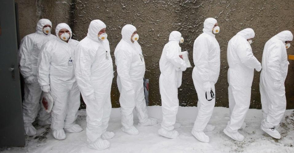 26.mar.2013 - Funcionários participam de simulação de acidente em usina nuclear de Dukovany, na República Tcheca