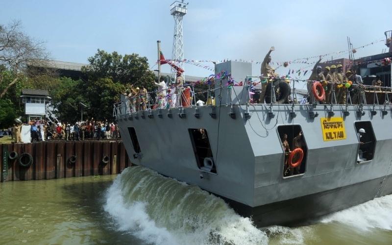 26.mar.2013 - Funcionários que trabalharam na construção de navio de guerra a vela acenam para a embarcação, lançada ao mar nesta terça-feira (26)