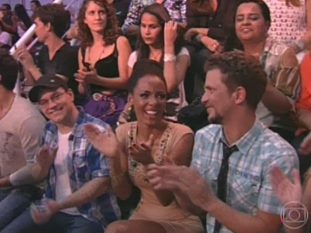 26.mar.2013 - Ivan, Aline e Aslan aplaudem após exibição de um dos VTs da final do