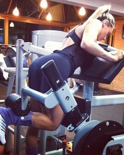 26.mar.2013 - Juju Salimeni divulgou uma imagem que aparece fazendo flexão em pé para trabalhar os músculos do joelho