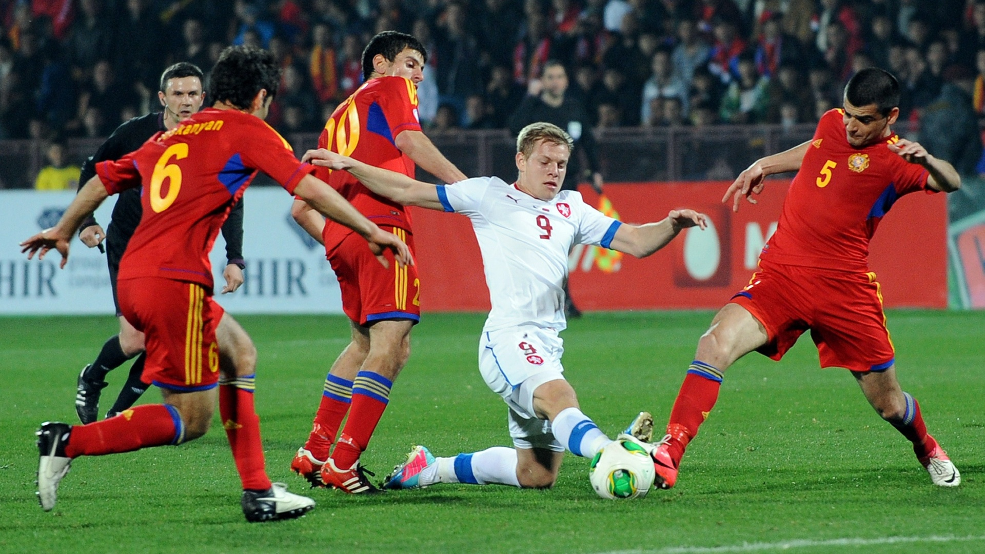 26.mar.2013 - Matej Vydra (centro), da Repblica Tcheca, vai com tudo na divida com Robert Arzumanyan (5), da Armnia; tchecos venceram por 3 a 0