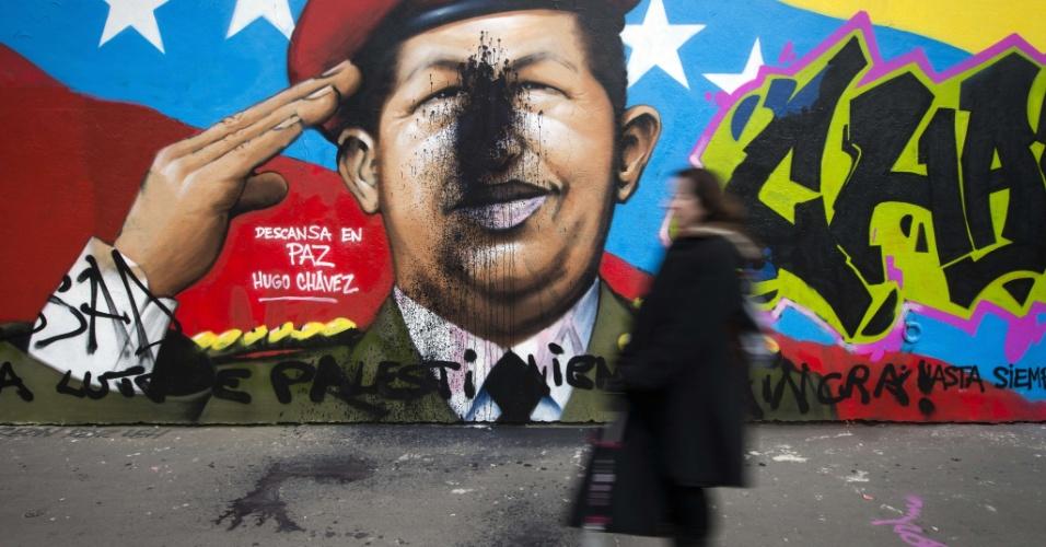 26.mar.2013 - Mulher passa por pichação humorística de Hugo Chávez em Paris, na França