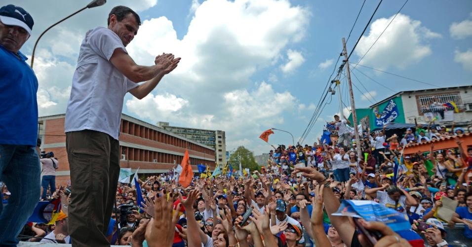 26.mar.2013 - O candidato da oposição à Presidência da Venezuela, Henrique Capriles, saúde eleitores durante campanha em Valera, cidade do Estado de Trujillo. O país vai escolher o seu novo presidente em 14 de abril