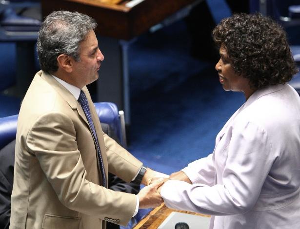 26.mar.2013 - O senador Aécio Neves (PSDB-MG) cumprimenta a deputada federal Benedita da Silva (PT-RJ), após a votação, no Senado, que aprovou por unanimidade a PEC 66/2012, que amplia os direitos dos empregados domésticos