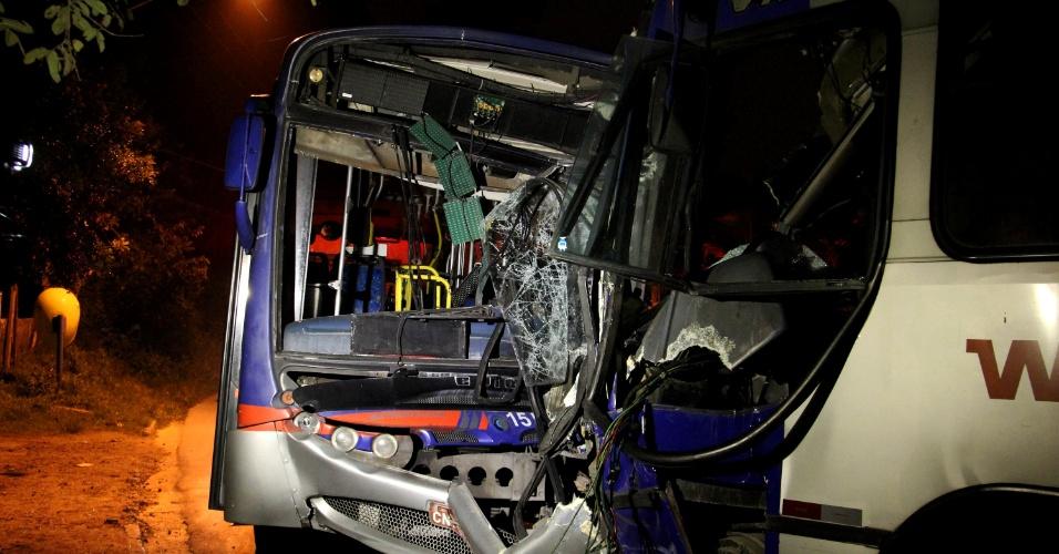 26.mar.2013 - Ônibus ficam danificados após acidente ocorrido entre eles na estrada João Rodrigues de Moraes, em Itapecerica da Serra (SP), na madrugada desta terça-feira (26). Segundo autoridades, oito pessoas ficaram feridas no choque