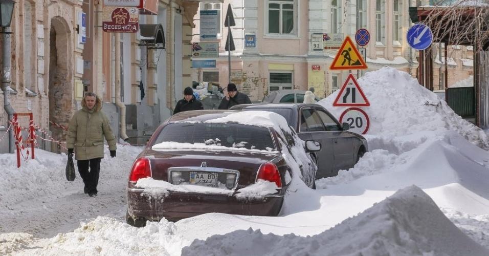 26.mar.2013 - Pedestres circulam por rua coberta de neve em Kiev, capital da Ucrânia. O volume de neve dos últimos dias atrapalhou a circulação dos tens da cidade na manhã desta segunda-feira (26)