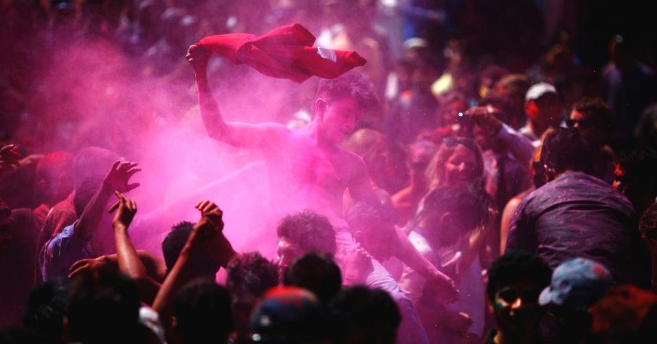 26.mar.2013 - Pessoas atiram pó colorido umas às outras em Katmandu, no Nepal, durante o Holi, ou festa das cores. A celebração marca o fim do inverno e começo da primavera, comemorado com muito entusiasmo no país