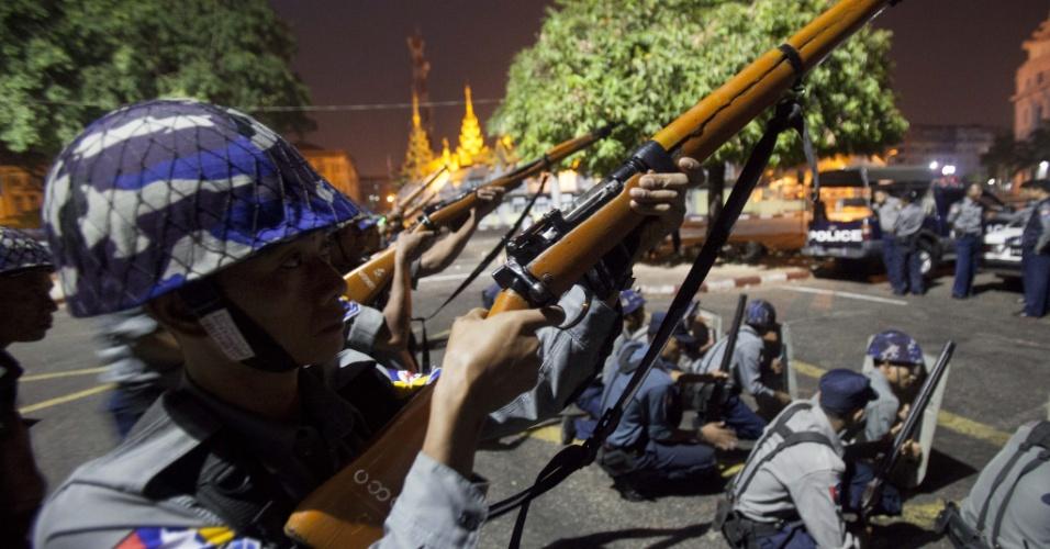 26.mar.2013 - Policiais fazem treinamento em Rangún, Mianmar. O governo teme que os conflitos sectários presentes na região possam destruir as mesquitas locais