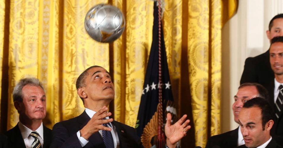 26.mar.2013 - Presidente dos Estados Unidos, Barack Obama, cabeceia bola de futebol após ganhá-la de presente durante cerimônia com o time Los Anges Galaxy na Casa Branca, em Washington, EUA