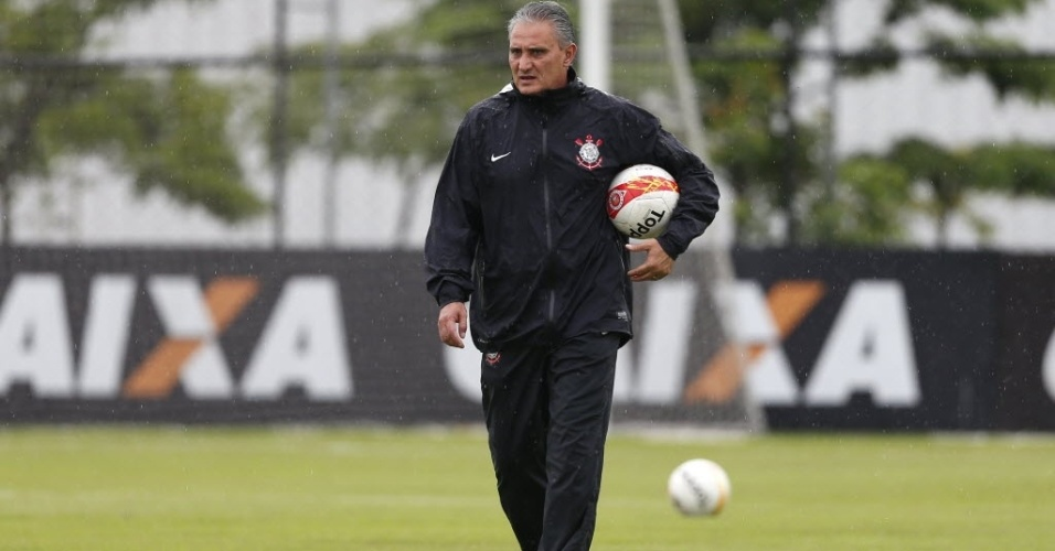 26.mar.2013 - Tite, tcnico do Corinthians, comanda treino da equipe debaixo de chuva no CT Joaquim Grava