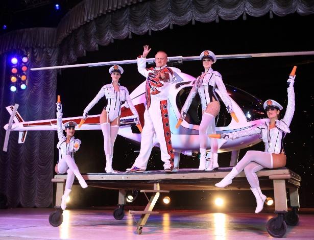 """O ponto alto do espetáculo """"AbraKdabra"""", do circo Tihany Spectacular, é a entrada de um helicóptero no palco"""
