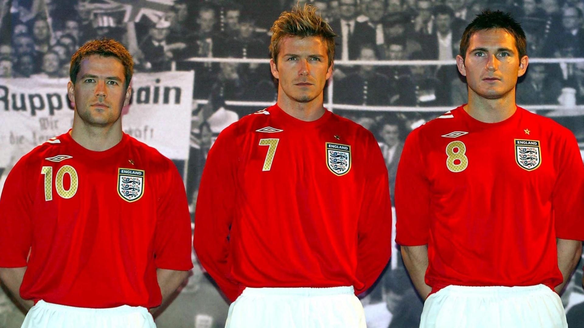 Os astros da seleção inglesa Michael Owen (e), David Beckham (c) e Frank Lampard (d) posam com uniforme usado pela equipe na Copa do Mundo de 2006