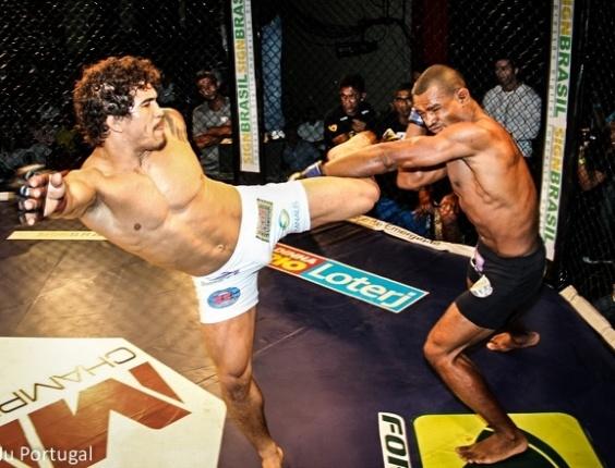 Ronys Torres (esq.) venceu Julio Cesar Field por nocaute técnico no segundo round no MMA Champions League