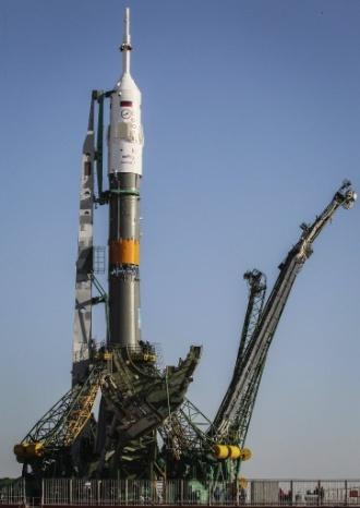 26.mar.2013 - A nave russa Soyuz TMA-08M é colocada sobre a plataforma de lançamento do cosmódromo de Baikonur, no Cazaquistão