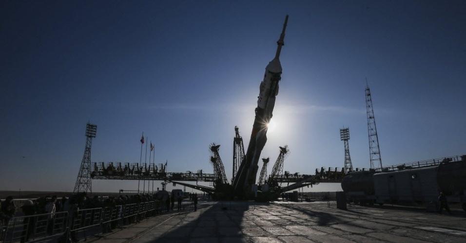 26.mar.2013 - A nave russa Soyuz TMA-08M é posicionada na plataforma de lançamento do cosmódromo de Baikonur, no Cazaquistão