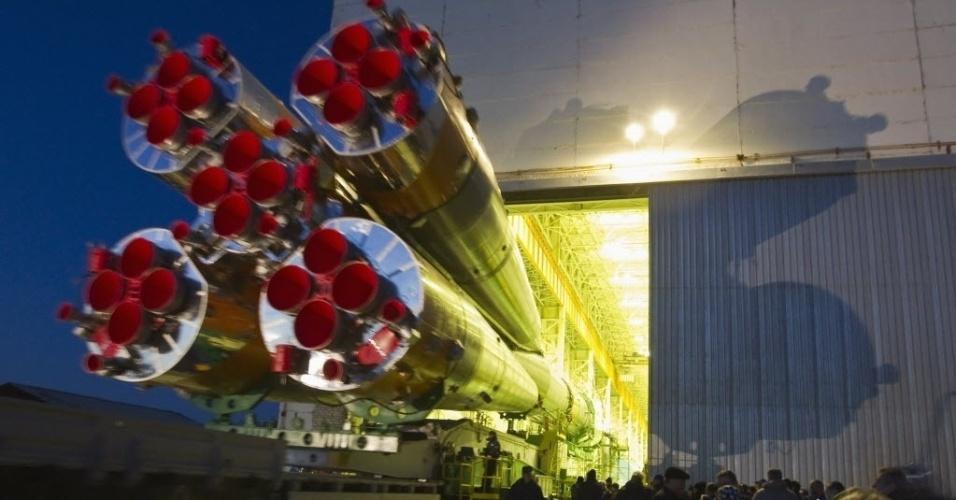 26.mar.2013 - A Soyuz TMA-08M, já acoplada a um foguete, deixa base russa de montagem do cosmódromo de Baikonur, no Cazaquistão, com destino à plataforma de lançamento - a nave russa será enviada ao espaço, com três astronautas, na próxima quinta-feira (28)