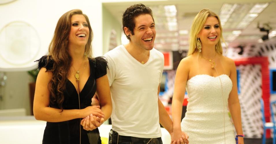 26.mar.2013 - Andressa, Nasser e Fernanda aguardam o resultado do terceiro lugar de mãos dadas