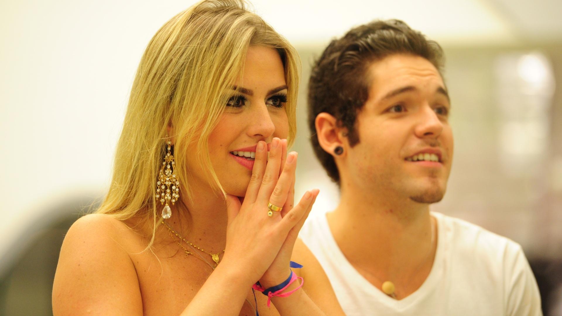 26.mar.2013 - Fernanda e Nasser acompanham o programa final do