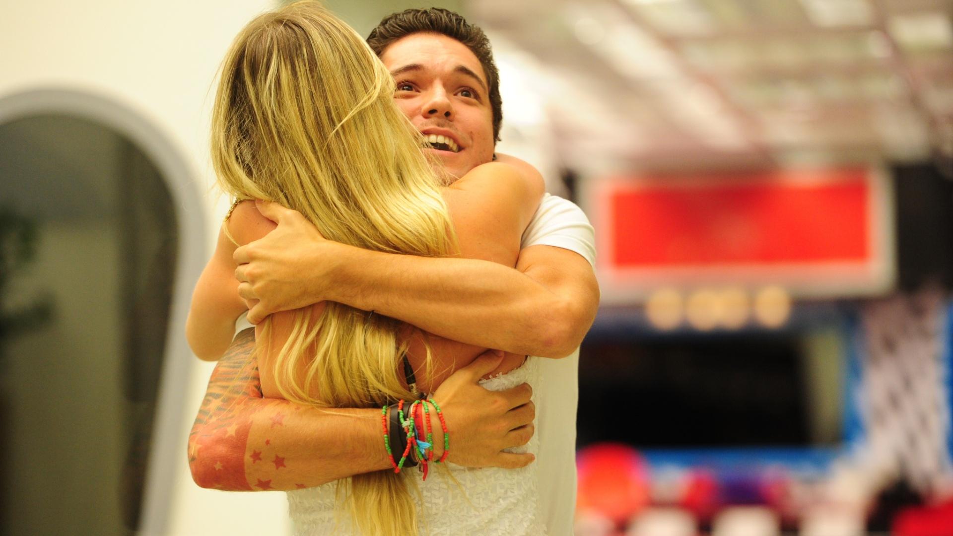 26.mar.2013 - Fernanda e Nasser se abraçam após o anúncio de que Fernanda é campeã do
