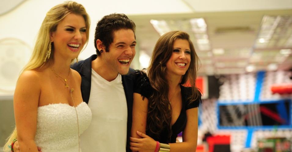 26.mar.2013 - Fernanda, Nasser e Andressa riem dos vídeos feitos para a edição final do