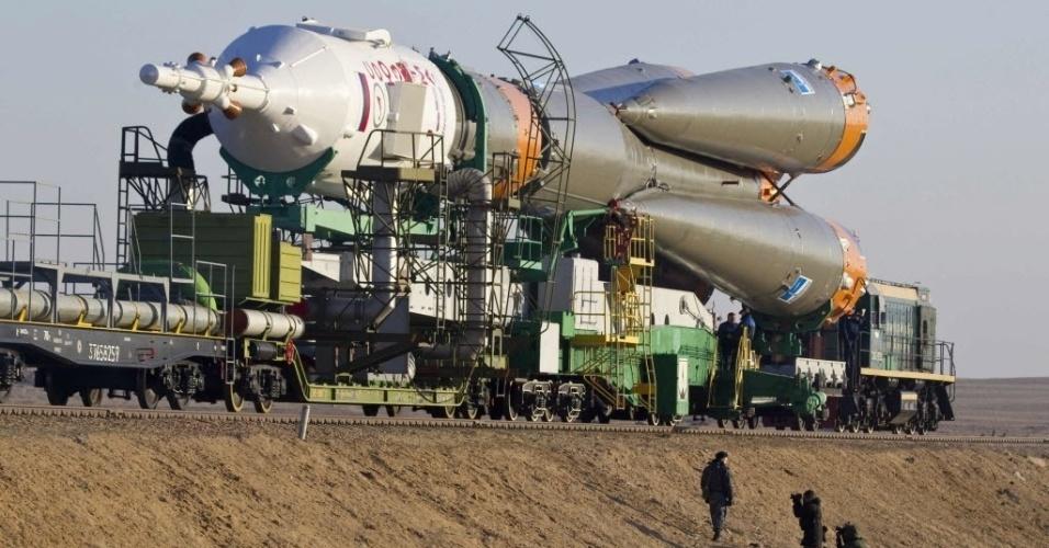26.mar.2013 - Fotógrafos registram passagem da Soyuz por estrada de ferro do Cazaquistão até a plataforma de lançamento do cosmódromo de Baikonur