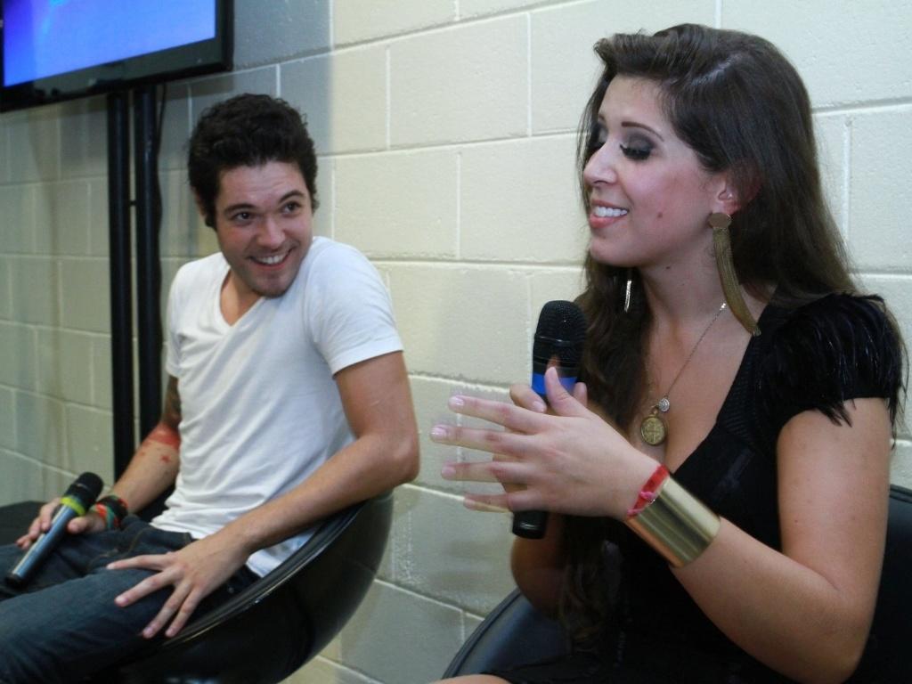 26.mar.2013 - Nasser e Andressa conversam com jornalistas após deixarem o