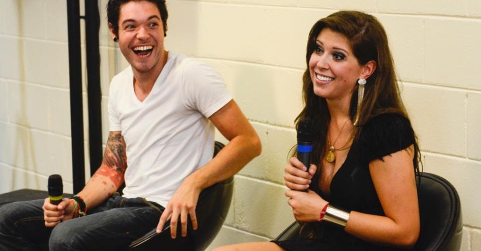 26.mar.2013 - Nasser e Andressa conversam com os jornalistas; gaúcho se espanta com a possibilidade de seu affair no reality show vir a posar nua