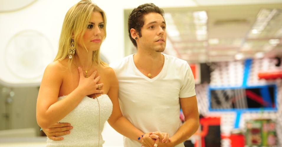 26.mar.2013 - Nasser e Fernanda aguardam o resultado para saber quem ganhou o prêmio de R$ 1,5 milhão