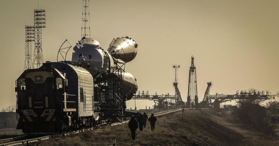 26.mar.2013 - Oficiais russos vigiam a chegada da nave Soyuz na plataforma de lançamento do cosmódromo de Baikonur, no Cazaquistão - a nave será lançada ao espaço na próxima quinta-feira (28), com três astronautas a bordo
