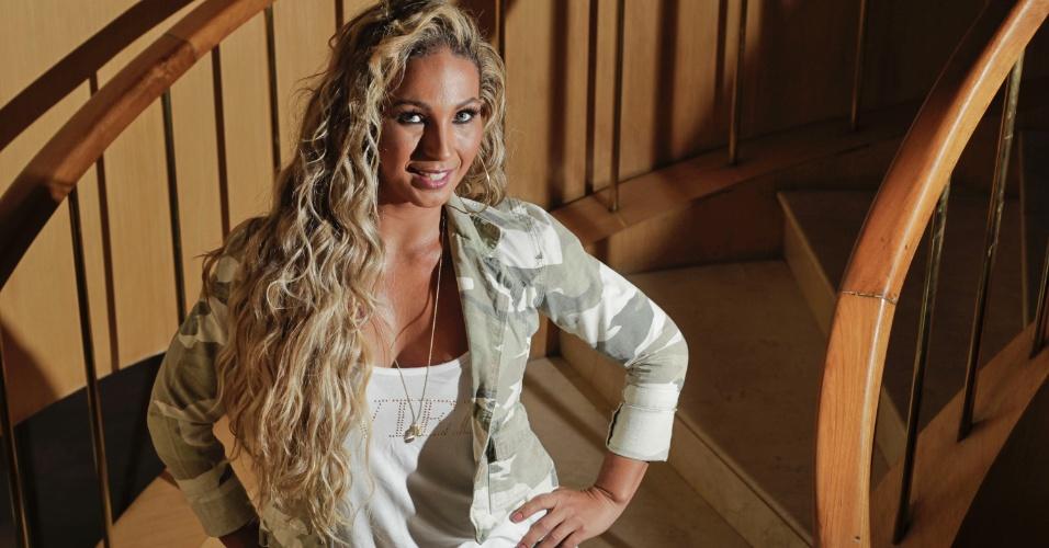 26.mar.2013 - Prestes a lançar carreira solo, Valesca Popozuda posa para fotos em hotel, em São Paulo