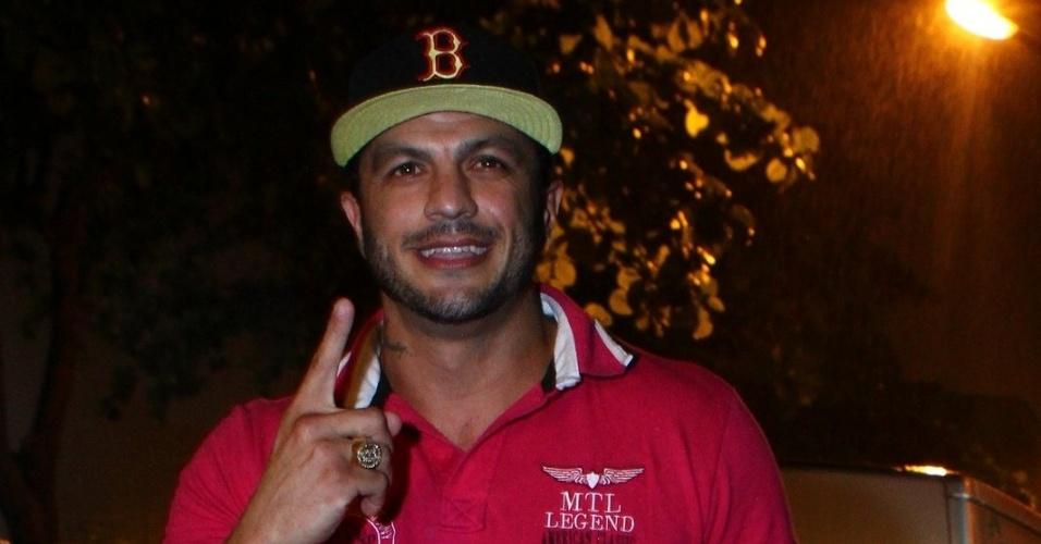 """27.mar.2013 - Ausente na final, Kleber Bambam é um dos primeiros a chegar na festa de encerramento do """"BBB13"""", na casa noturna na Barra da Tijuca"""