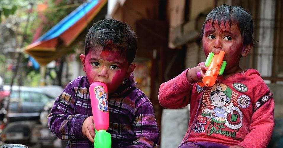 27.mar.2013 - Crianças brincam com pó colorido durante as celebrações do Holi em Nova Déli (Índia). Holi é um tradicional festival hindu das cores