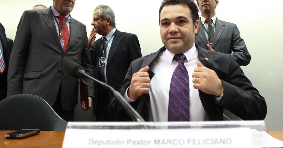 """27.mar.2013 - Deputado e pastor Marco Feliciano (PSC), presidente da Comissão de Direitos Humanos da Câmara, se prepara para continuar audiência pública após trocar de sala por conta dos tumultos. Ele chegou a pedir a prisão de um manifestante que o chamou de """"racista"""". A comissão chegou a restringir o acesso ao plenário para evitar tumulto, masa sessão teve que ser suspensa durante cinco minutos para que os deputados mudassem para uma sala maior. Na nova sala, só foi permitida a entrada de jornalistas, deputados e debatedores convidados"""