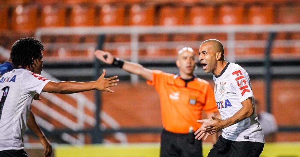 27.mar.2013 - Émerson Sheik (dir.) comemora com Romarinho após primeiro gol do Corinthians na partida contra o Penapolense, pelo Campeonato Paulista