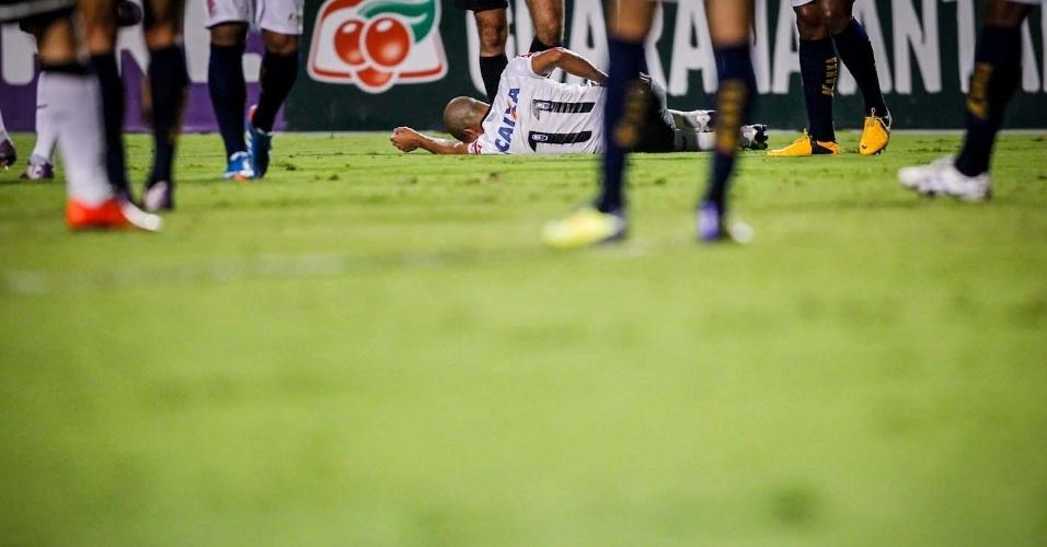 27.mar.2013 - Émerson Sheik fica caído no gramado do Pacaembu durante partida do Corinthians contra o Penapolense, pelo Campeonato Paulista