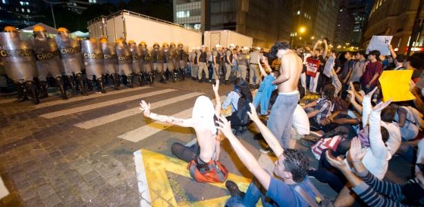 Estudantes protestam contra o aumento das passagens de ônibus em frente à sede da Prefeitura de Porto Alegre (RS)