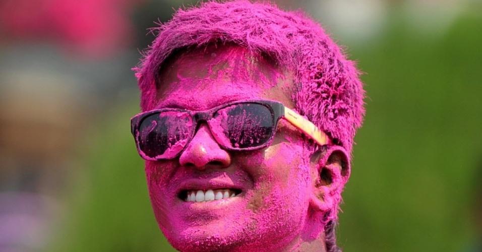 27.mar.2013 - Homem participa das comemorações do Holi, o festival das cores, popular celebração hindu, na cidade de Hyderabad, na Índia