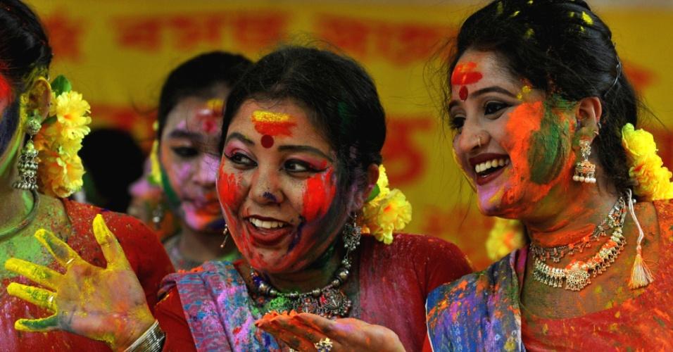 27.mar.2013 - Indianas passam pó colorido umas nas outras em Siliguri, na Índia, durante o Holi, ou festa das cores. A celebração marca o fim do inverno e o começo da primavera, comemorado com muito entusiasmo no país