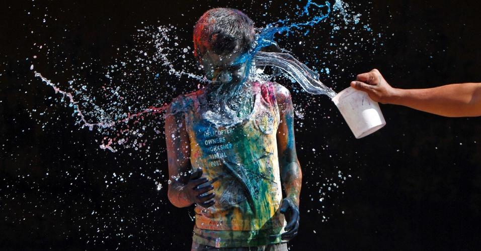 27.mar.2013 - Jovem brinca com pó colorido na Índia durante o festival Holi, ou festa das cores. A celebração marca o fim do inverno e o começo da primavera, comemorado com muito entusiasmo no país