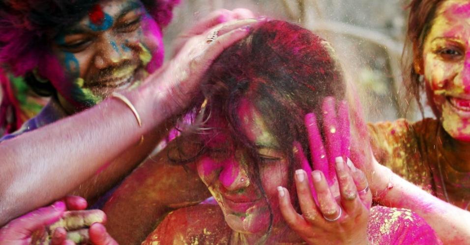 27.mar.2013 - Jovens brincam com pó colorido na Índia, durante o festival Holi, ou festa das cores. A celebração marca o fim do inverno e o começo da primavera, comemorado com muito entusiasmo no país