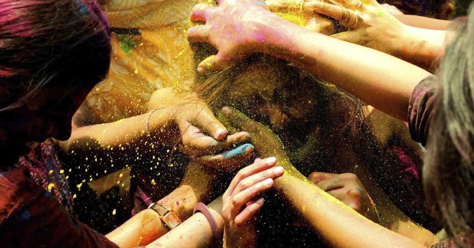 27.mar.2013 - Jovens brincam com pó colorido na Índia durante o festival Holi, ou festa das cores. A celebração marca o fim do inverno e o começo da primavera, comemorado com muito entusiasmo no país