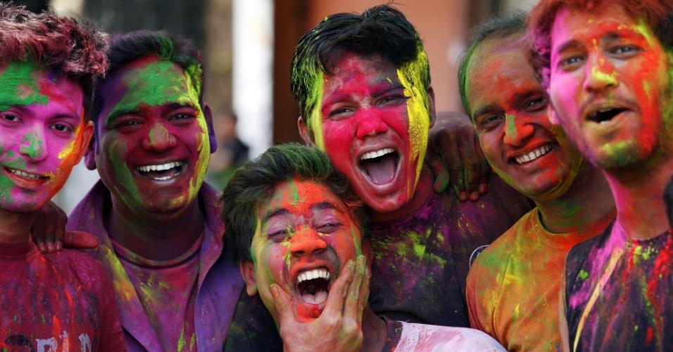 27.mar.2013 - Jovensbrincam com pó colorido na Índia, durante o festival Holi, ou festa das cores. A celebração marca o fim do inverno e o começo da primavera, comemorado com muito entusiasmo no país