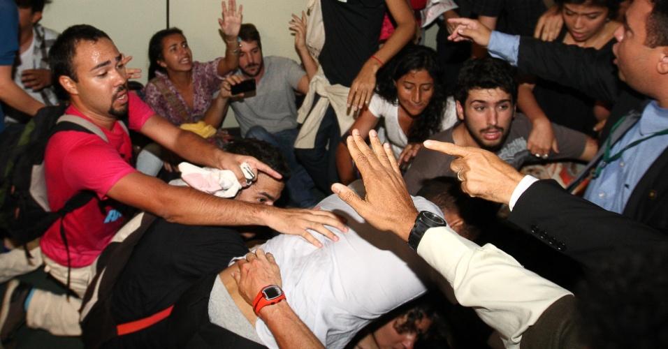 27.mar.2013 - Manifestantes contrários à permanência do deputado e pastor Marco Feliciano (PSC) como presidente da Comissão dos Direitos Humanos da Câmara se envolvem em tumulto no segundo andar do anexo IV, proximo ao gabinete do Feliciano