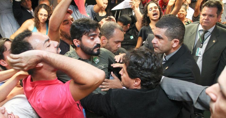 27.mar.2013 - Manifestantes contrários à permanência do deputado e pastor Marco Feliciano (PSC) como presidente da Comissão dos Direitos Humanos da Câmara são barrados em corredor da Câmara