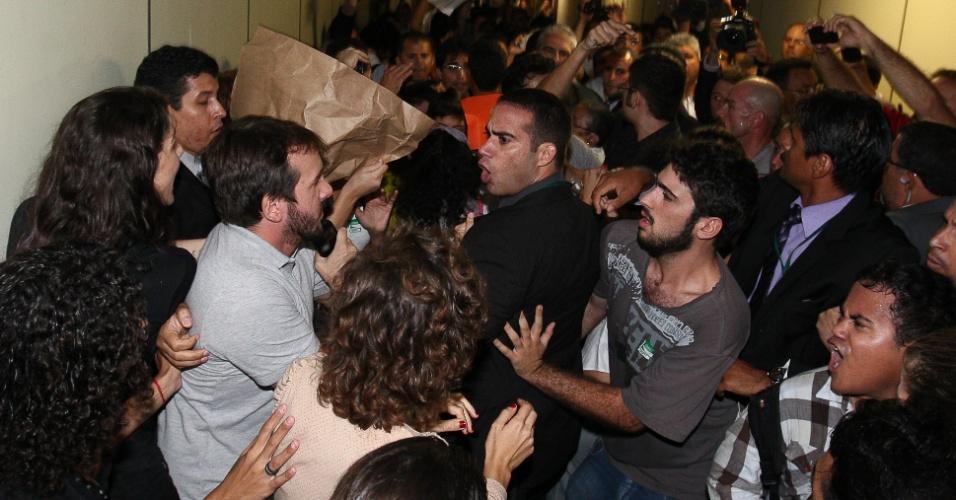 27.mar.2013 - Manifestantes favoráveis e contrários à permanência do deputado e pastor Marco Feliciano (PSC) como presidente da Comissão dos Direitos Humanos da Câmara se enfrentam no segundo andar do anexo IV, proximo ao gabinete do Feliciano