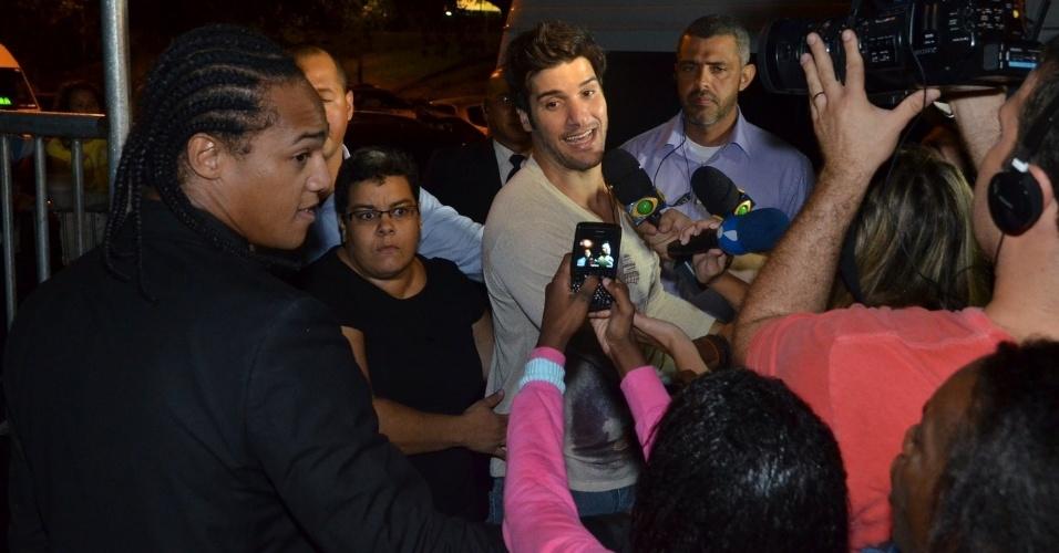27.mar.2013 - Marcello é cercado por fãs e pela imprensa ao chegar na festa de encerramento do