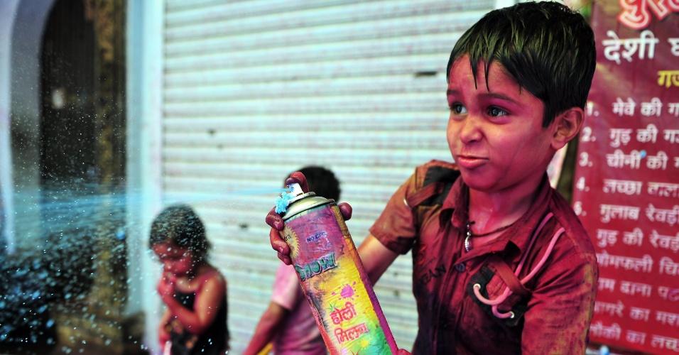 27.mar.2013 - Menino brinca com pó colorido na Índia, durante o festival Holi, ou festa das cores. A celebração marca o fim do inverno e o começo da primavera, comemorado com muito entusiasmo no país